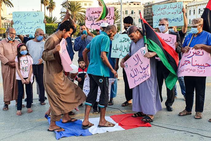 利比亚民众在街头表达对于法国的不满(AFP)