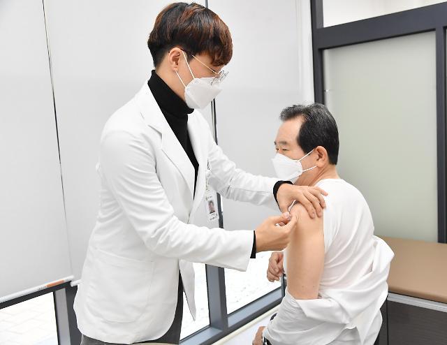 韩国总理丁世均21日带头接种流感疫苗(韩联社)