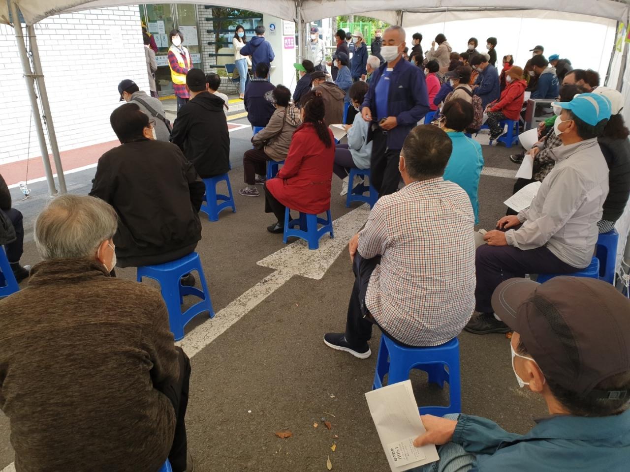 韩国老人排队接种流感疫苗(济州日报)