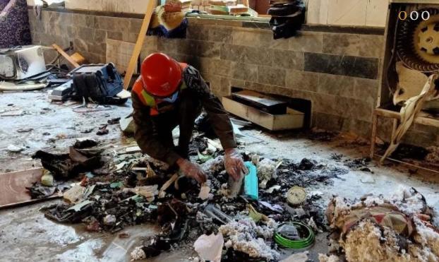 救援人员在爆炸现场工作(法新社)