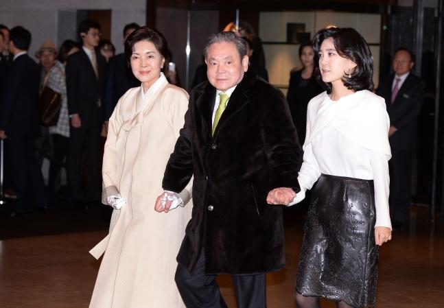 资料图:2014年1月,李健熙牵手妻子、长女现身。(首尔新闻)