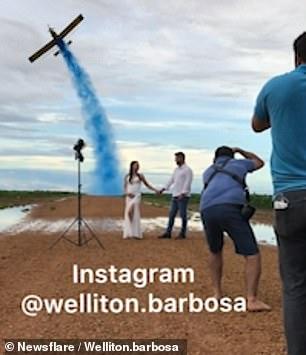 巴西新人拍创意婚纱照:喷水飞机飞过 两人浑身湿透