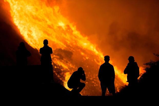 美国南加州两场野火失控 超10万人被迫紧急疏散
