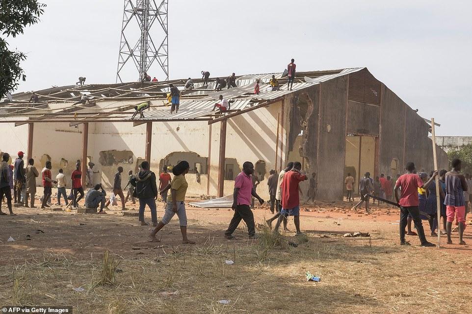 尼日利亚数千民众洗劫政府粮仓,掀翻屋顶,墙被戳出窟窿