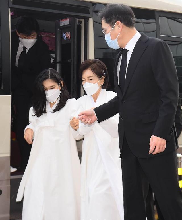 李在镕护送母亲和姐姐下车