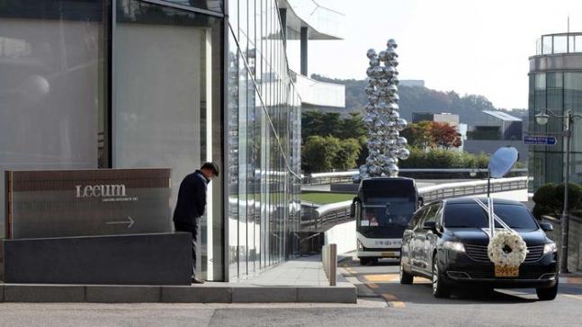 灵车经过Leeum美术馆