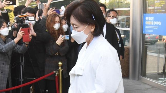 李健熙妻子洪罗喜离开殡仪馆