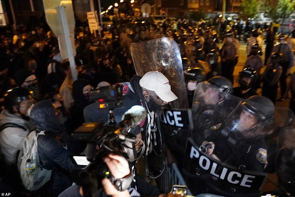 美国非裔男子遭警察追击发生车祸致死 华盛顿爆发抗议