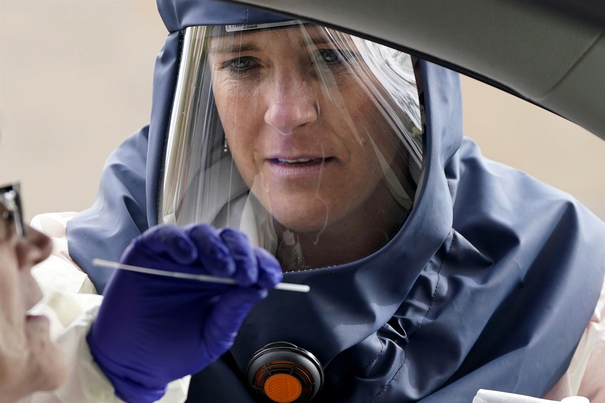 盐湖城卫生人员对民众进行测试。(图源:美联社)