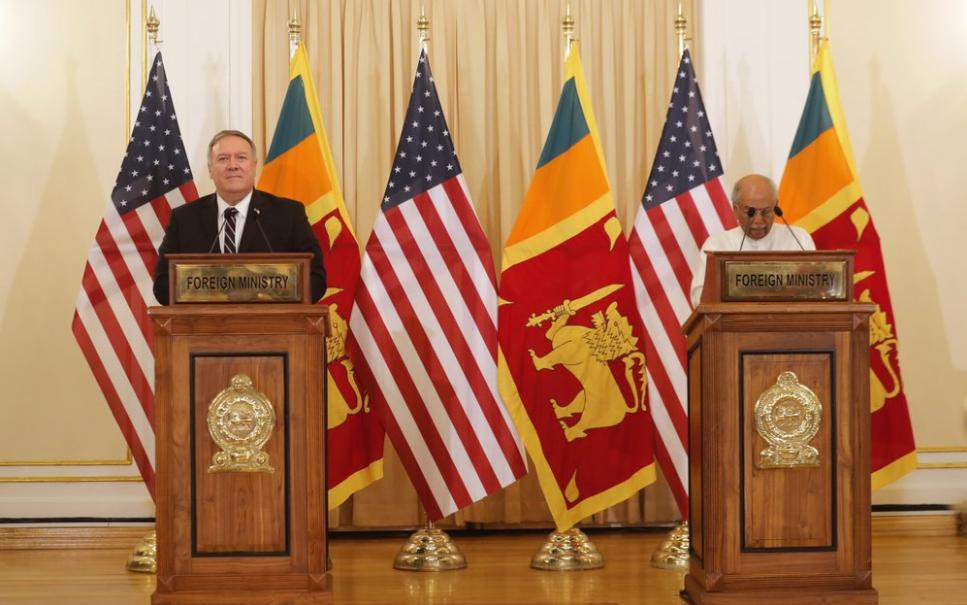 蓬佩奥和斯里兰卡外交部长古纳瓦德纳(美联社)