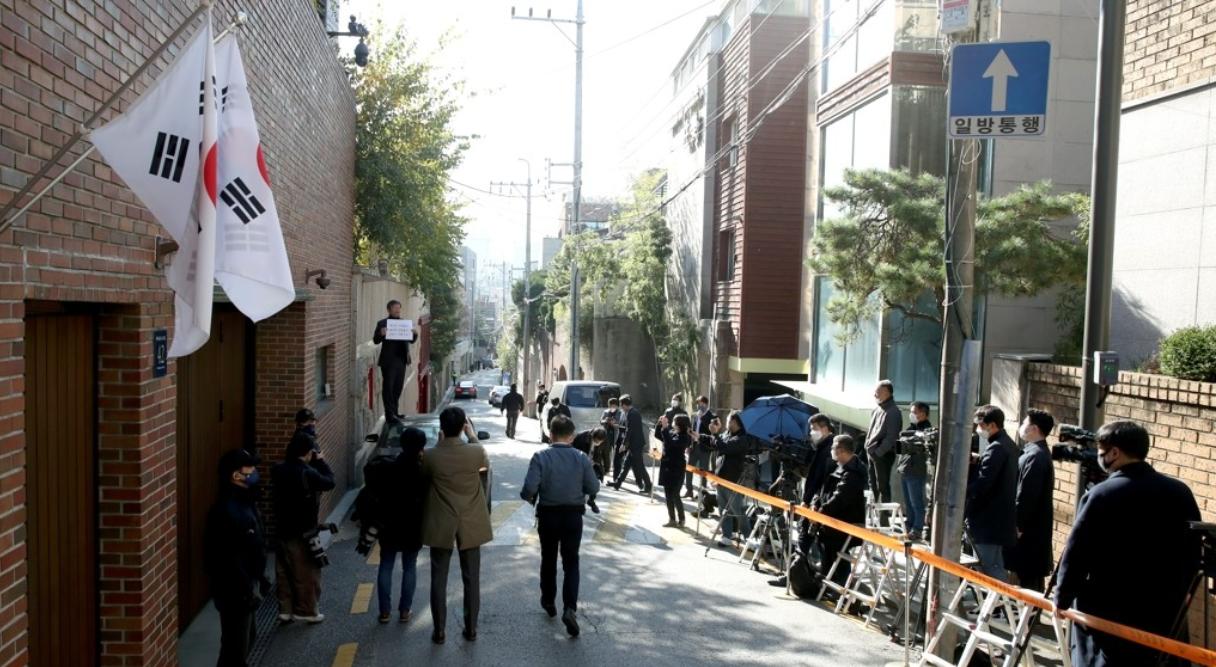 29日上午,大批记者聚集在李明博住宅前(韩联社)