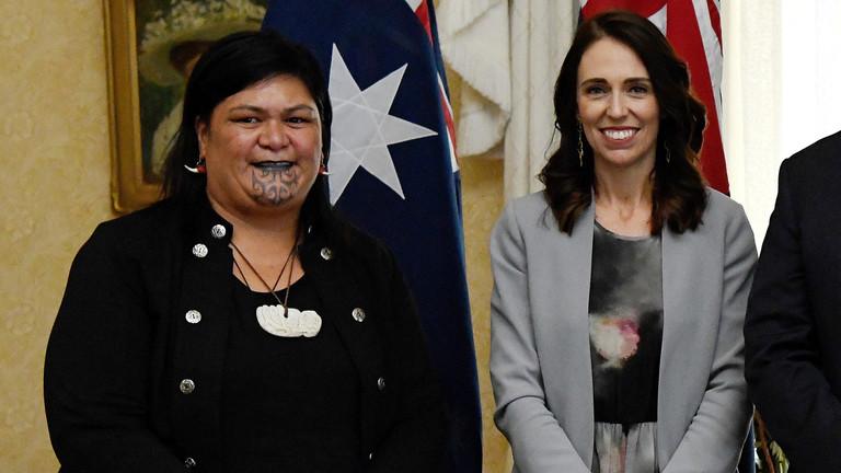 新西兰总理阿德恩与外交部长马胡塔(左)(法新社)