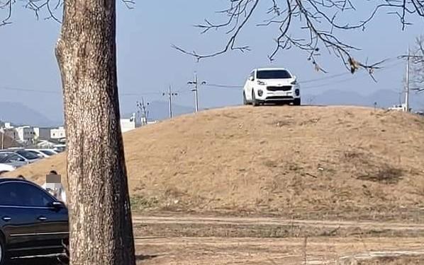 韩国有人把SUV开上王室古墓坟头 民众炸锅(图)