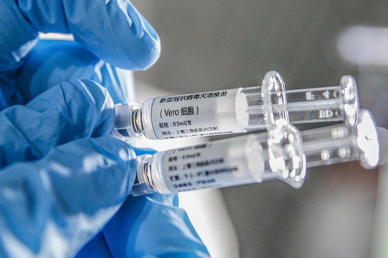 新型冠状病毒灭活疫苗样品(图源:新华社)