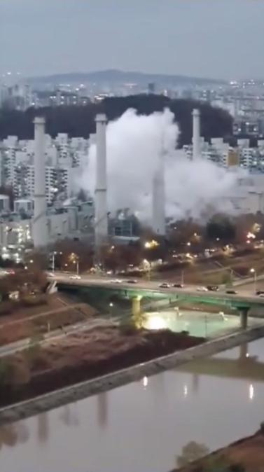 突发!韩国首尔一热电厂起火:白烟滚滚 传出巨大爆炸声