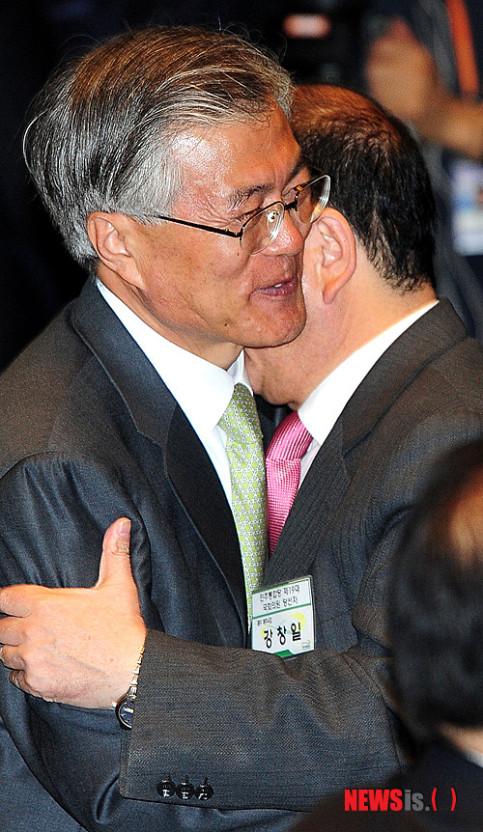 2012年,文在寅与姜昌一会面时拥抱(纽西斯通讯社)