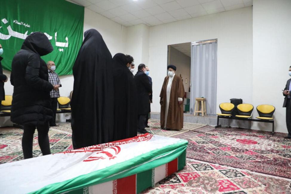 伊朗遇害科学家棺椁覆盖国旗(法新社)