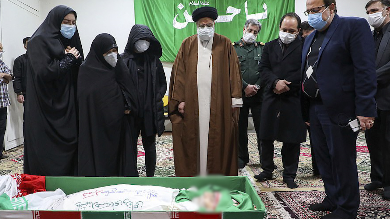 伊朗遇害科学家棺椁覆盖国旗(美联社)