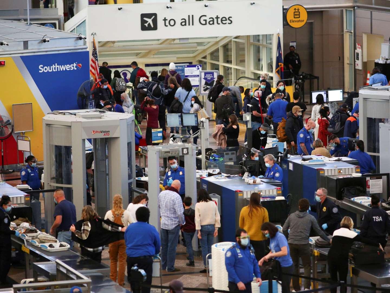 感恩节假期美国一机场景象。(路透社)