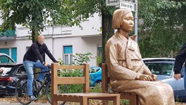 """位于德国柏林的""""和平少女像""""(图源:KBS新闻)"""