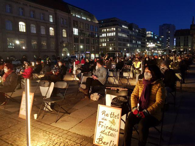 当地时间11月25日,在德国柏林根达尔门马克特广场,市民们正在举行守护少女像集会(图源:韩联社)