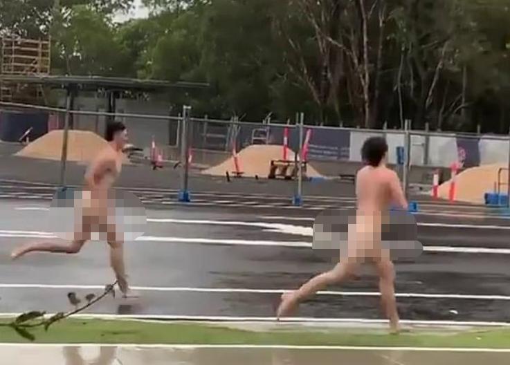 澳大利亚海滩现大量泡沫 当地居民暴雨中裸跑