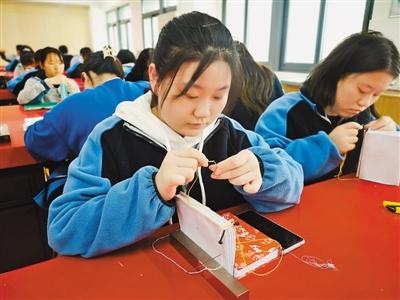 图为学生在上古籍修复课。资料图片