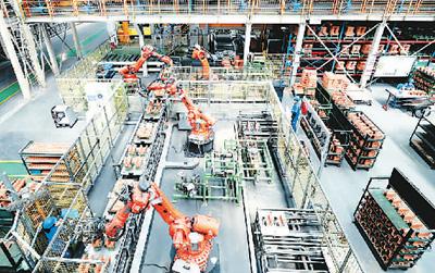 在江苏苏州明志科技有限公司砂芯智能化车间,机器人正在制造产品。华雪根摄(人民视觉)