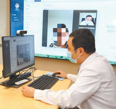 北京协和医院心内科副主任医师刘永太在线上接诊患者。北京协和医院供图