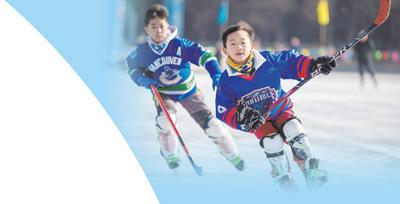 2021年1月21日,在内蒙古自治区呼和浩特市的公园冰场里,小朋友在进行冰球训练。影像中国