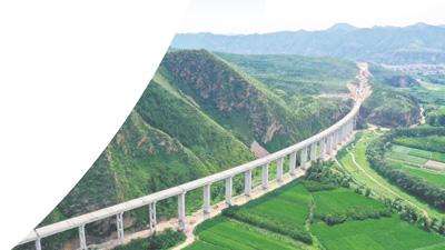 连接张家口市区与崇礼城区及冬奥核心区的重要干线公路高架桥正在建设中。影像中国