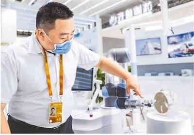 9月5日,在北京宣武医院展台,工作人员正在介绍神经外科手术机器人。新华社记者 张玉薇摄