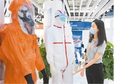 9月4日,在2021服贸会首钢园区健康卫生服务展馆,工作人员正在介绍防护服。新华社记者 任 超摄