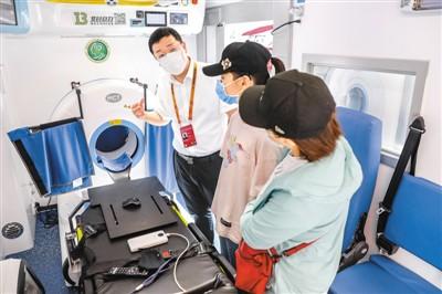 9月5日,工作人员在5G移动卒中单元救护车内为观众讲解。新华社记者 张玉薇摄