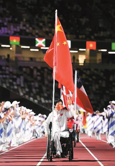 9月5日,第16届夏季残疾人奥林匹克运动会闭幕式在日本东京举行。图为中国体育代表团旗手张雪梅入场。新华社记者 张金加摄