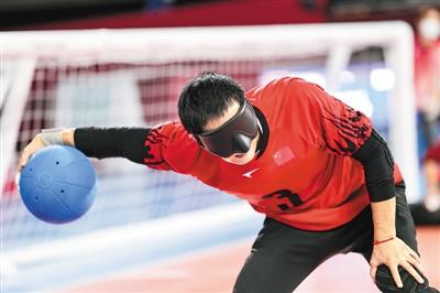 9月3日,在东京残奥会男子盲人门球决赛中,中国队获得亚军。图为中国队球员杨明源在比赛中。新华社记者 张 铖摄