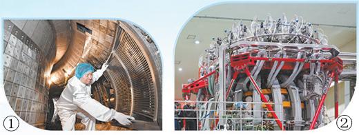 """图①为科研人员在全超导托卡马克核聚变实验装置真空室工作。图②为新一代""""人造太阳""""中国环流器二号M装置。图片来源:影像中国"""