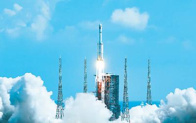 九月二十日,搭载天舟三号货运飞船的长征七号遥四运载火箭,在中国文昌航天发射场点火升空。新华社记者 杨冠宇摄