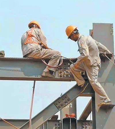 在中国援赞比亚玉米粉加工厂建设项目施工过程中,中国员工和当地员工正在安装钢梁。中国机械工业建设集团供图
