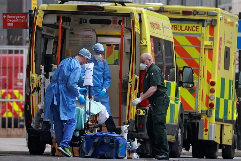英国重启方舱医院关闭伦敦各小学。(路透社)