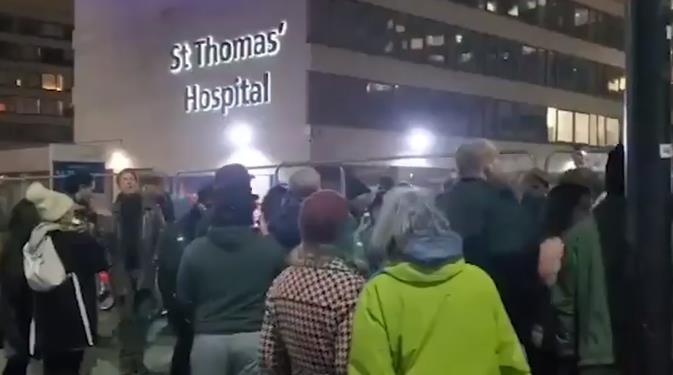 """英国数百人医院外高呼""""新冠骗局""""还不戴口罩 医生:令人心碎"""