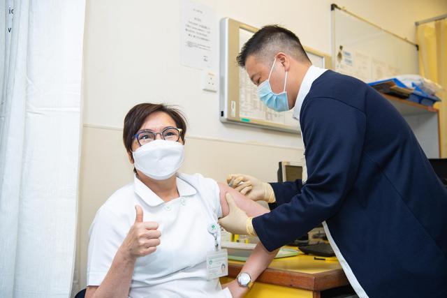 2月9日,一名医护人员接种新冠疫苗。(新华社记者张金加摄)