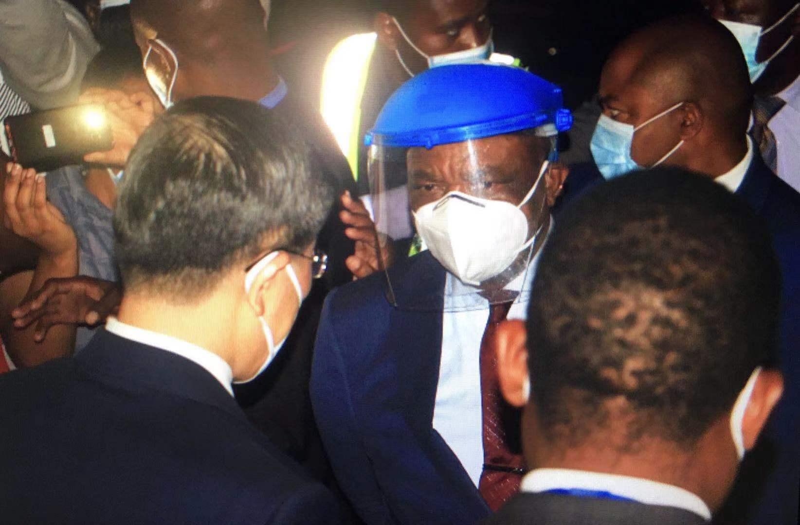 津巴布韦副总统兼卫生部长奇温加和中国驻津巴布韦大使郭少春交谈(央视)