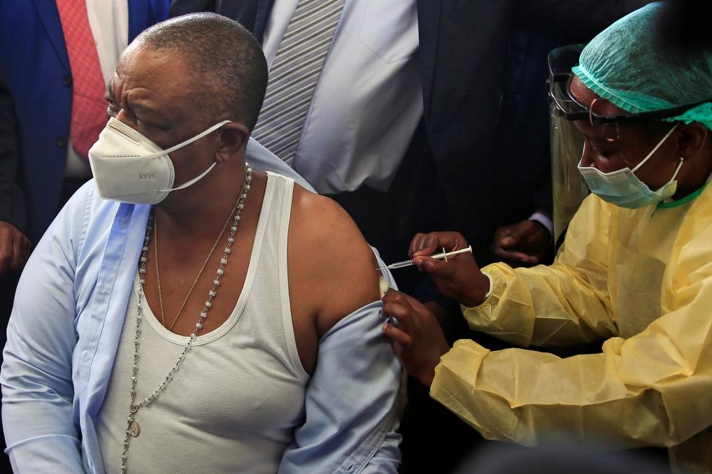 津巴布韦副总统兼卫生部长奇温加接种中国国药集团生产的新冠疫苗