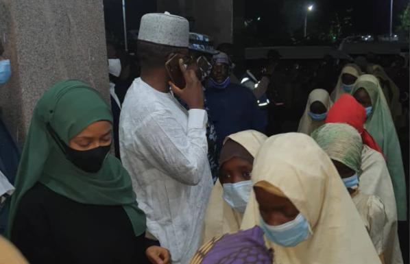 尼日利亚被绑架学生安全抵达政府所在地(社交媒体截图)
