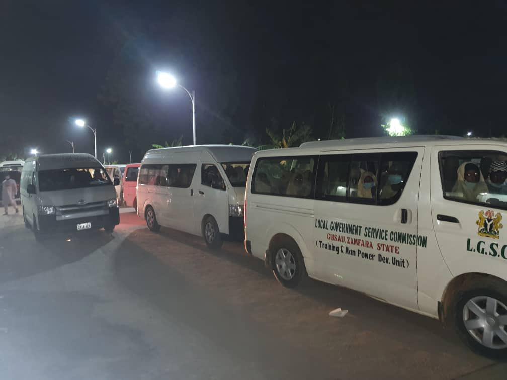 尼日利亚扎姆法拉州政府派专车接回被绑架的女学生(社交媒体截图)