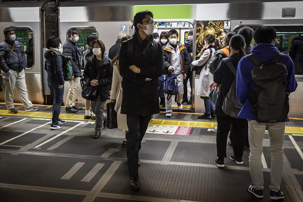 乘坐电车出行的日本民众