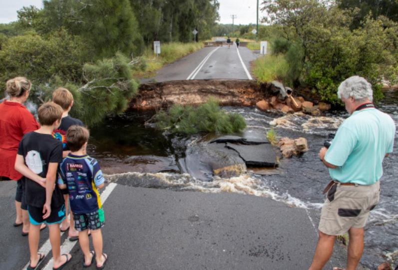 当地时间3月20日,澳大利亚史蒂芬港,当地迎来暴雨,道路受损严重。
