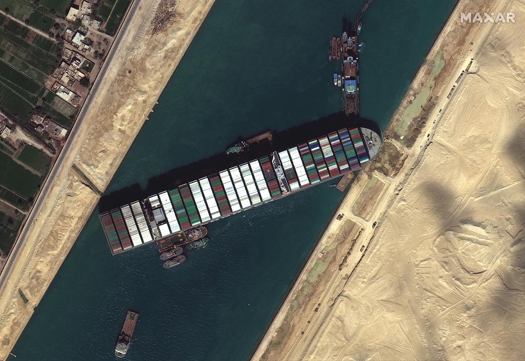 资料图:当地时间2021年3月27日,媒体实拍苏伊士运河现状