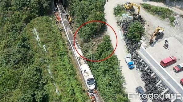 台铁出轨现场空拍图曝光:工程车从10米斜坡溜下 轨迹明显